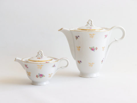 Théière et son pot à lait en porcelaine